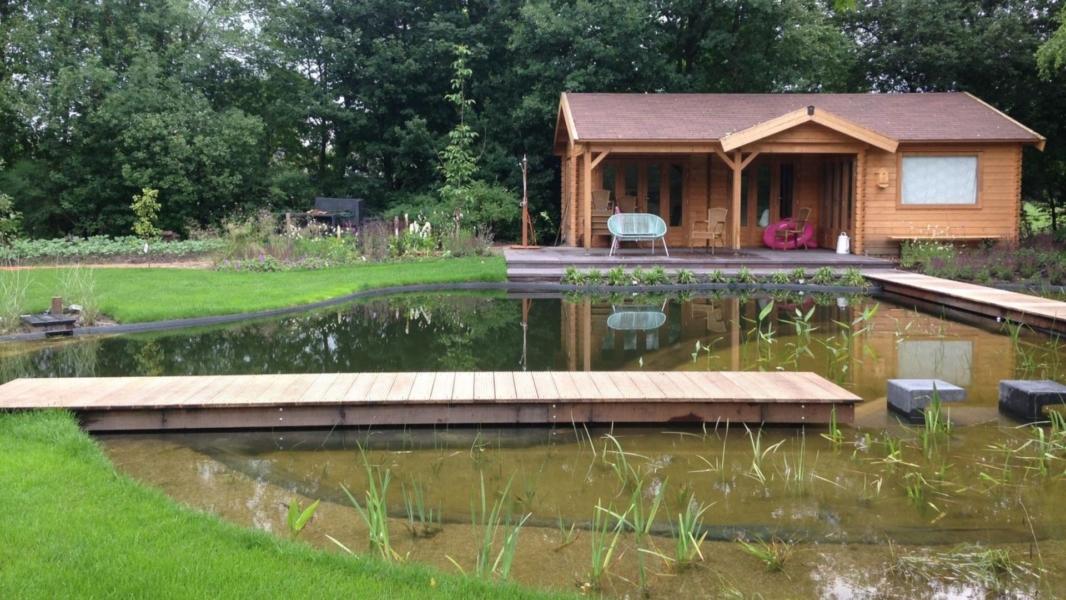 Zwemvijver met tuinhuis
